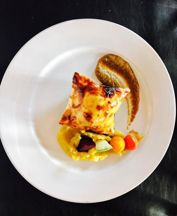 Filet de carne vacuna envuelto en masa de hojaldre, duxelle de hongos y jamón crudo, en su fondo de cocción, acompañado con puré de camotes y verduras de la huerta