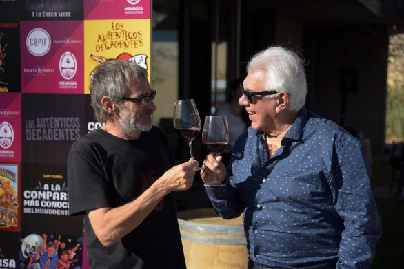 Jorge Serrano y Raúl Lavié compartieron un brindis en los jardines de la bodega