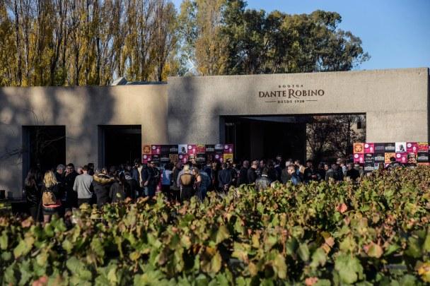 La fachada de la bodega, entre viñedos, acunó a los artistas e invitados especiales