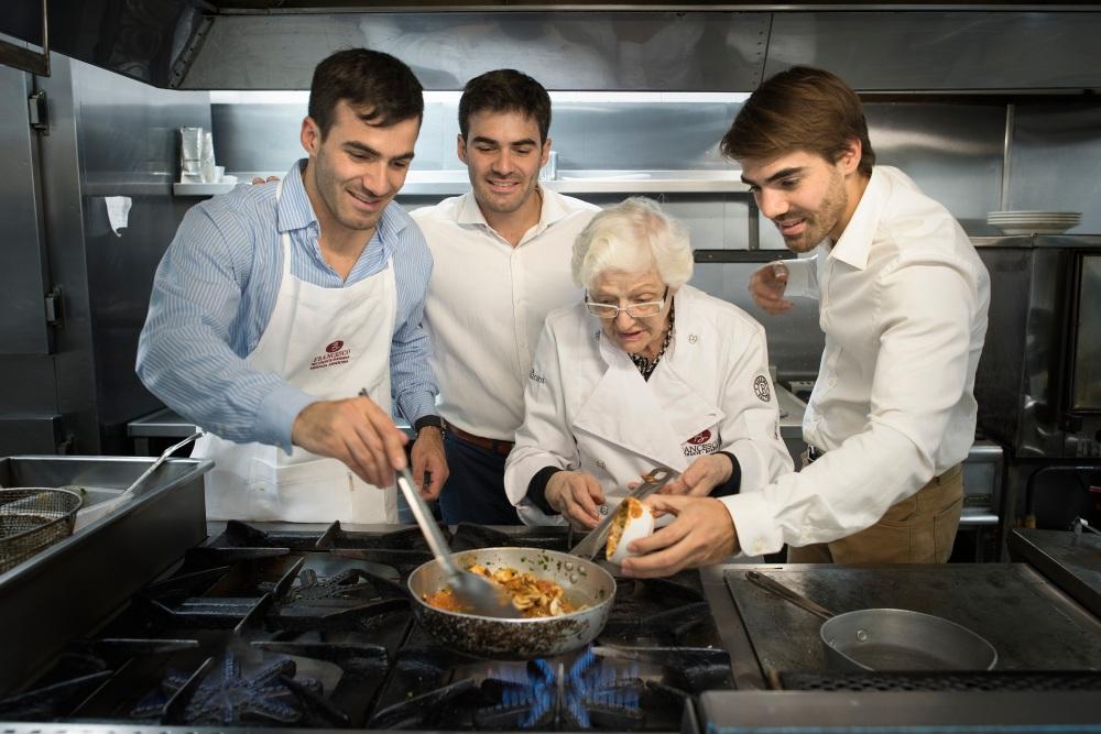 Santiago, Joaquin y Martin Berbera Cocinando con Maria Teresa