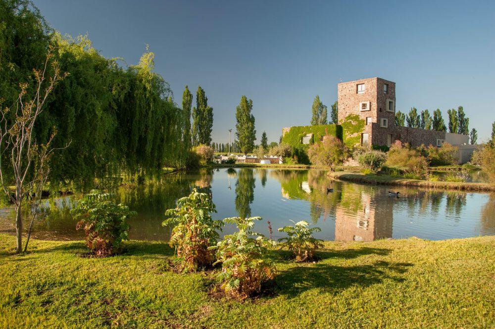 Bodega Renacer, lagunas y jardines